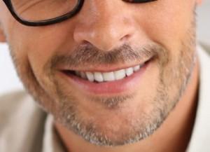 zoom-hombre-sonrisa-dientes