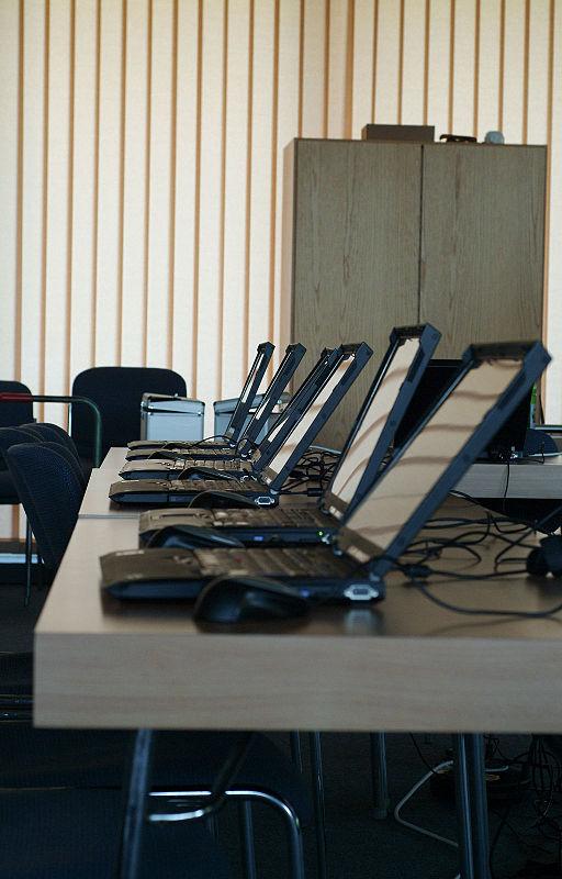 fuente: https://commons.wikimedia.org/wiki/File:Wikipedia_in_Senioren-Internetcafes_-_010.jpg