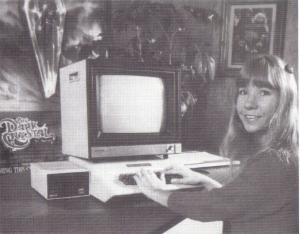 Roberta Williams ante un ordenador personal de la época