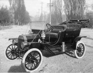 Foto en blanco y negro de un Ford Model T de 1920